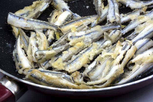 Gebratener fisch in der pfanne gebraten