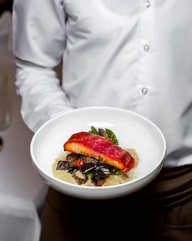 Gebratener fisch mit auberginen und soße