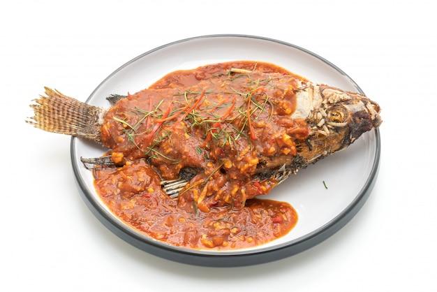 Gebratener fisch mit chili-sauce