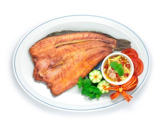 Gebratener fisch mit fischsauce chili-salat und mango snakehead fisch frittiert gekocht