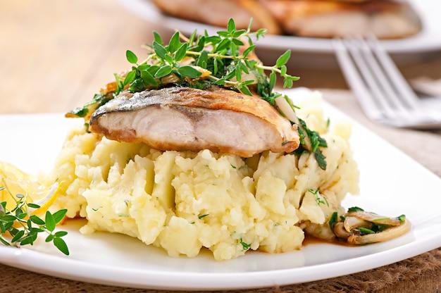 Gebratener fisch mit kartoffelpüree