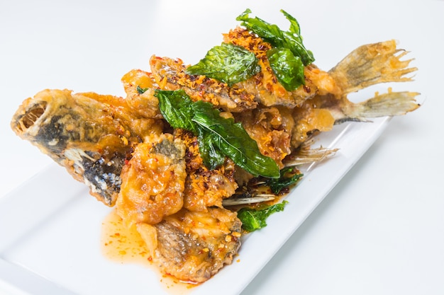 Gebratener fisch mit pikanter sauce