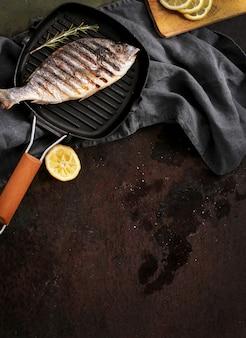 Gebratener fisch mit rosmarin und zitrone