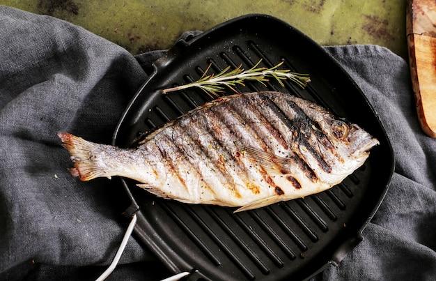 Gebratener fisch mit rosmarin