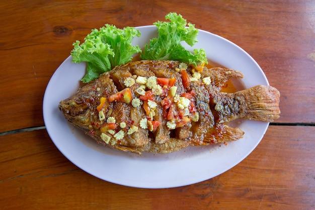 Gebratener fisch mit süßer chilisauce (pla rad prik)