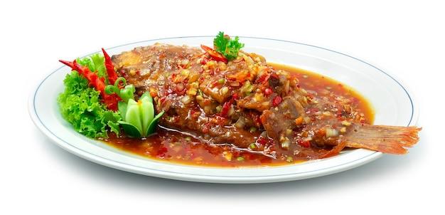 Gebratener fisch mit süßer und würziger sauce auf thailändischem essen asiatische fusion art gekocht frittiert