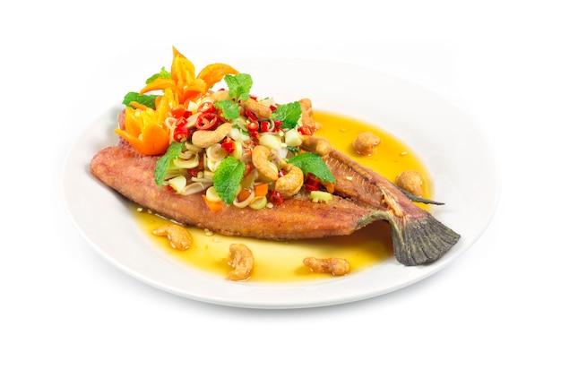 Gebratener fisch mit thailändischem würzigem salat mit zitronengraskräutern