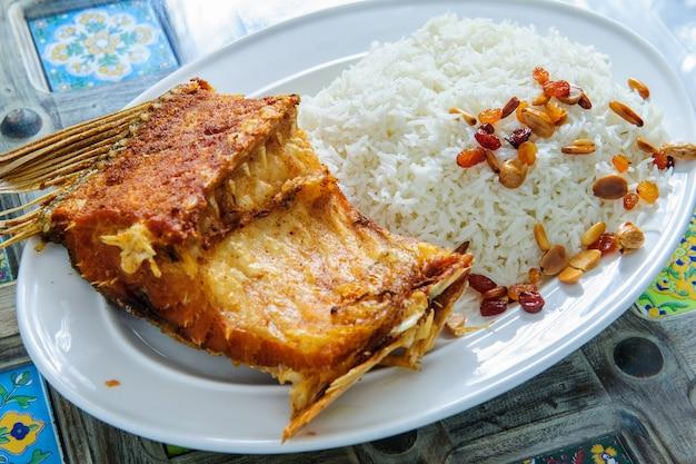 Gebratener fisch und chili gemischt mit gekochtem reis