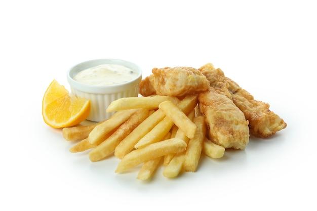 Gebratener fisch und chips mit soße und zitrone lokalisiert auf weiß