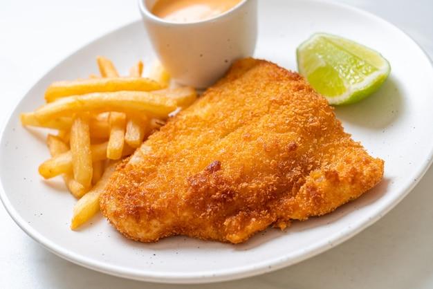 Gebratener fisch und kartoffelchips