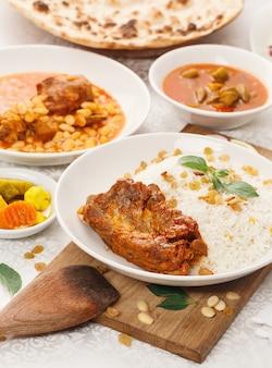 Gebratener fleischspiesse mit gurken und hummus und brot