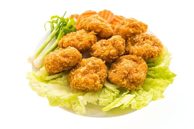 Gebratener garnelen- oder garnelenkuchen in der weißen platte