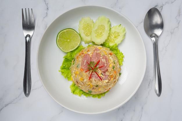 Gebratener gebratener schweinefleischreis, serviert mit frischer gurke
