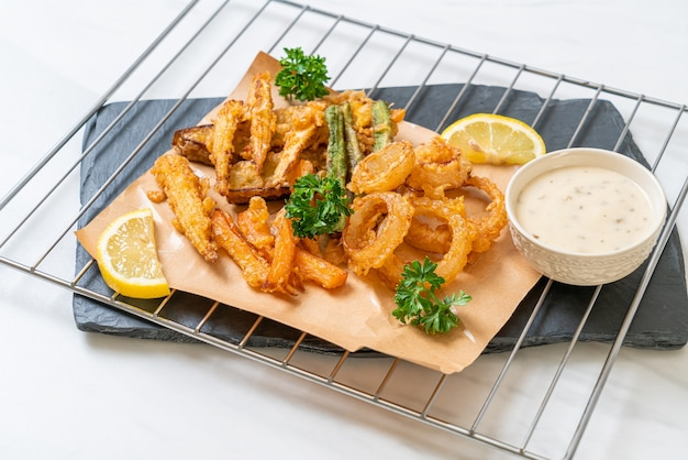 Gebratener gemischter tempura mit sauce