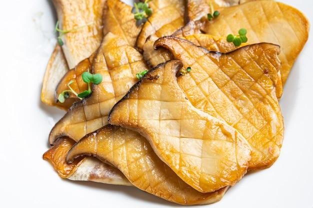 Gebratener grill eryngii scheibe austernpilz königspilze eringi mahlzeit snack auf dem tisch kopie raum