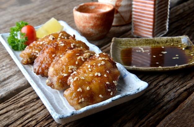 Gebratener hühnerflügel mit pikanter soße im japanischen tebasaki-stil.