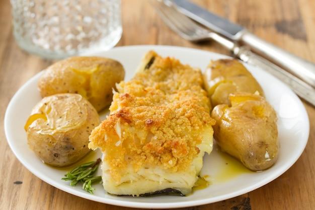 Gebratener kabeljau mit broa und kartoffel auf teller