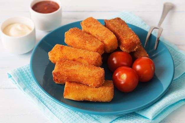 Gebratener käse mit tomaten und saucen