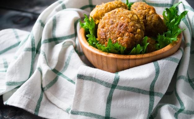 Gebratener kichererbsenfalafel und blätter des grünen salats
