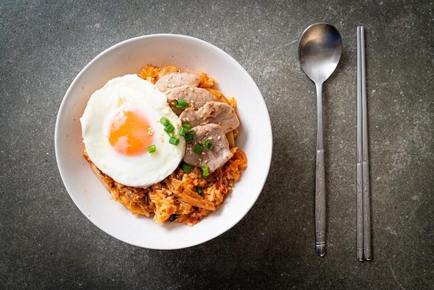 Gebratener kimchi-reis mit spiegelei und schweinefleisch - koreanische essensart