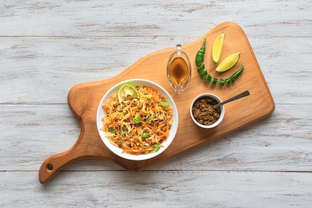 Gebratener kohl mit linsen, pfeffer und gemüse.