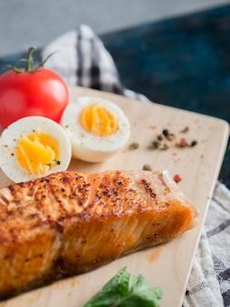 Gebratener lachs mit gekochtem ei auf tabelle