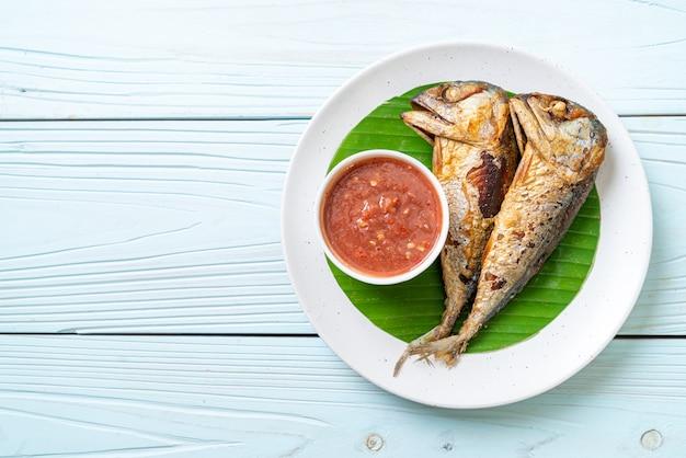 Gebratener makrelenfisch mit würziger garnelenpastensauce - thai-food-stil