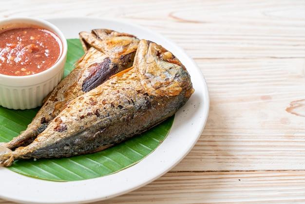 Gebratener makrelenfisch mit würziger garnelenpastensauce. thailändischer essensstil