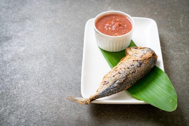 Gebratener makrelenfisch mit würziger garnelenpastensauce