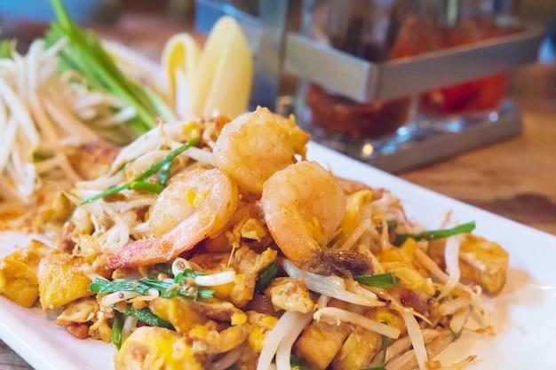 Gebratener nudelnahrungsname der thailändischen lieblingsnahrung thailändisch