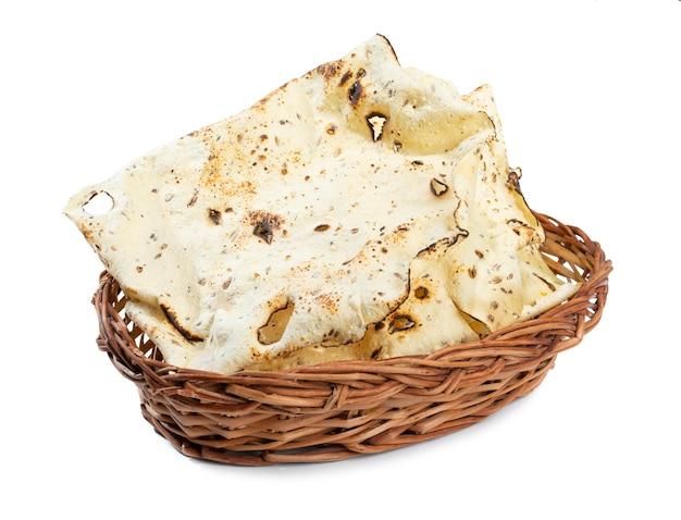 Gebratener papad der indischen snackschale auf weiß