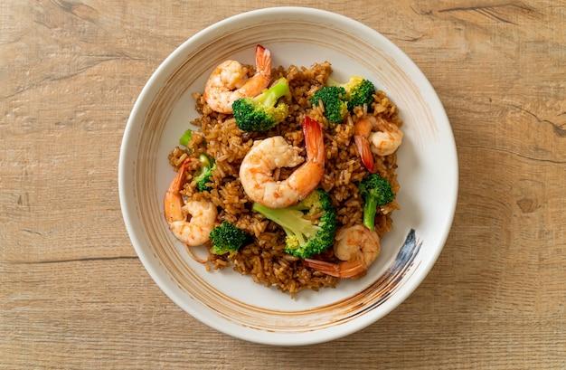 Gebratener reis mit brokkoli und shrimps - hausgemachte küche