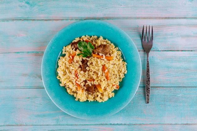 Gebratener reis mit gemüse und huhn. chinesische küche.