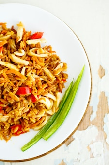 Gebratener reis mit meeresfrüchten. asiatische küche.