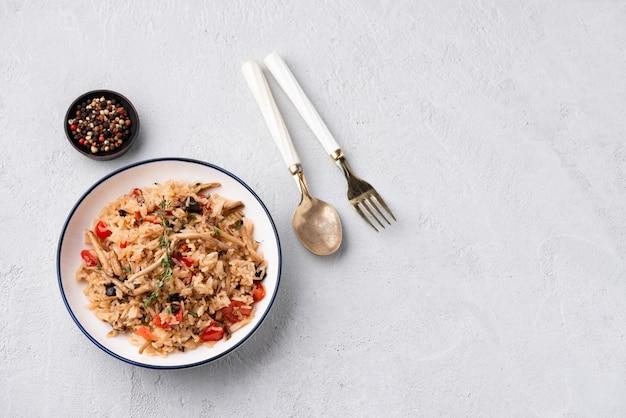 Gebratener reis mit tomaten und champignons