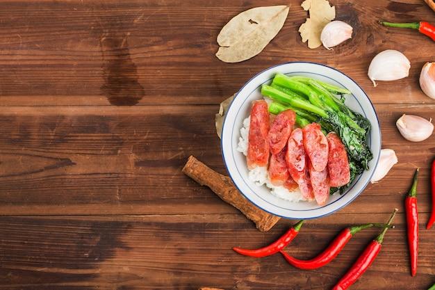 Gebratener reis mit wurst chinesisches essen