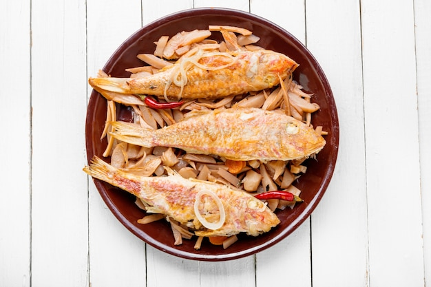 Gebratener rotbarbenfisch
