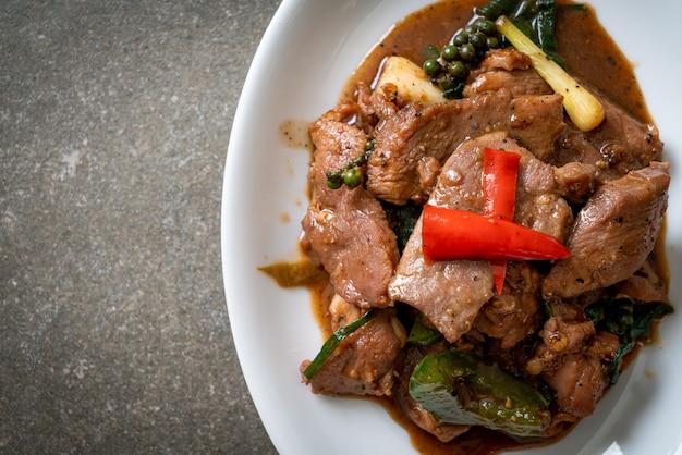 Gebratener schwarzer pfeffer mit ente - asiatische küche