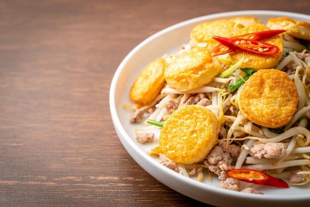 Gebratener sojabohnenspross, eitofu und gehacktes schweinefleisch - asiatische küche