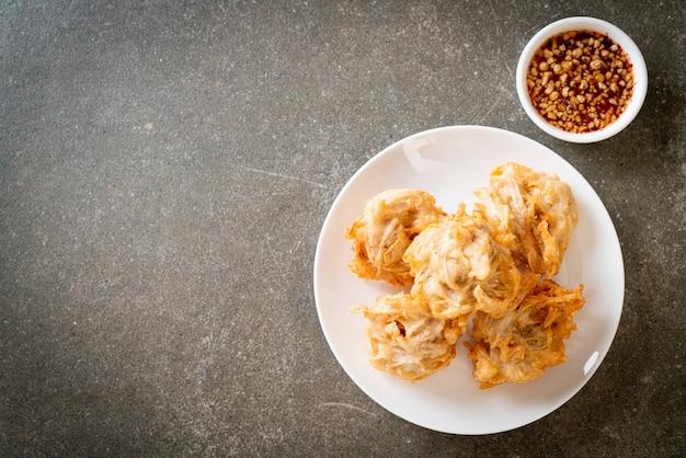 Gebratener taro mit sauce - vegane und vegetarische küche