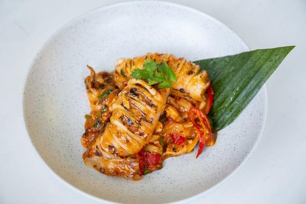 Gebratener tintenfisch mit gesalzenem eigelb. beliebtes thailändisches essen.