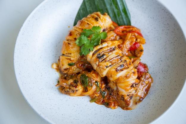 Gebratener tintenfisch mit gesalzenem eigelb beliebtes thailändisches essen