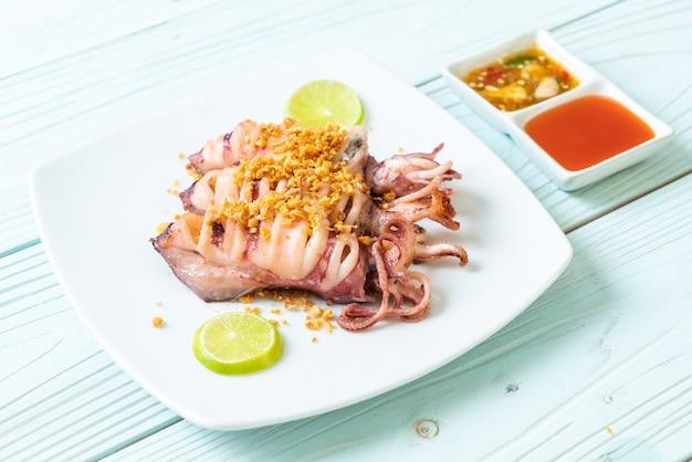 Gebratener tintenfisch mit knoblauch. meeresfrüchte-stil