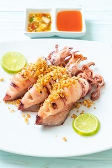 Gebratener tintenfisch mit knoblauch nach meeresfrüchte-art