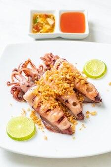Gebratener tintenfisch mit knoblauch