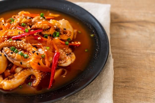Gebratener tintenfisch oder tintenfisch mit koreanischer würziger paste