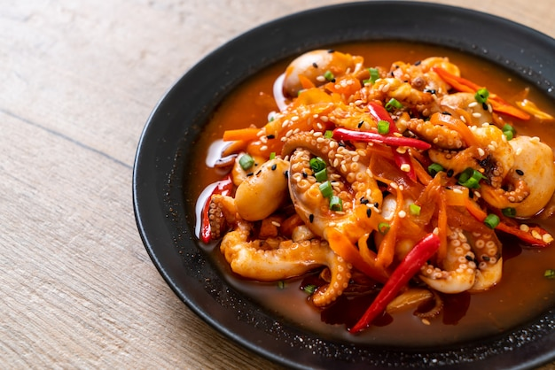 Gebratener tintenfisch oder tintenfisch mit koreanischer würzpaste (osam bulgogi)