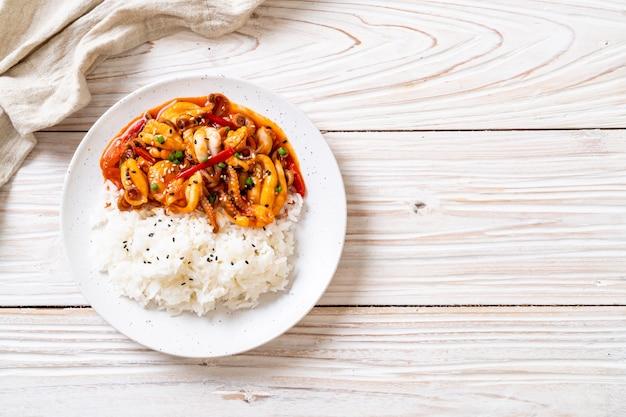 Gebratener tintenfisch oder tintenfisch und koreanische würzige paste (osam bulgogi) mit reis