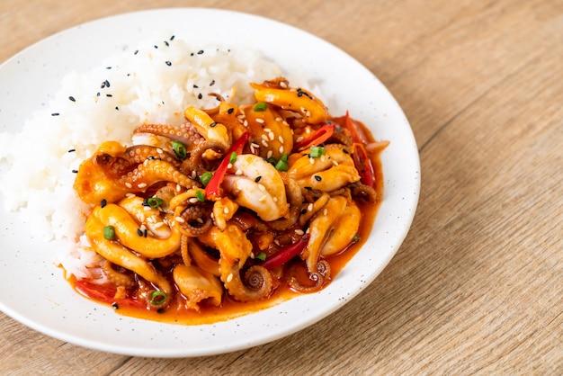 Gebratener tintenfisch oder tintenfische und koreanische würzige paste (osam bulgogi) mit reis