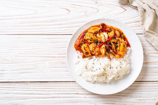 Gebratener tintenfisch und koreanische würzige paste